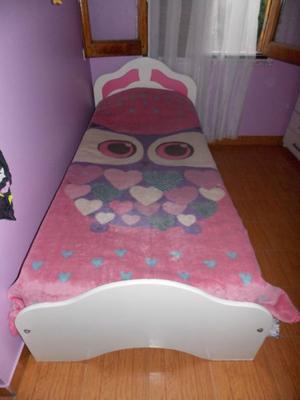 conjunto de dormitorio cama, cajonera y mesa de luz