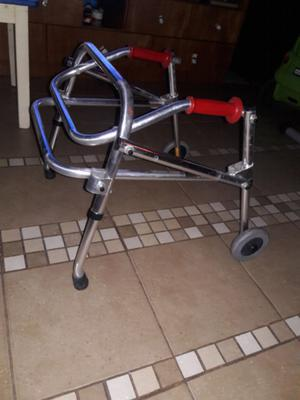 Andador posterior pediátrico
