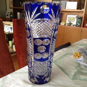 Florero de cristal azul tallado