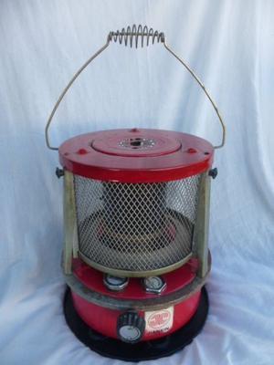 Antiguo calentador a kerosene funcionando