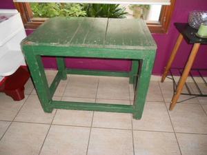 antigua mesa de campo con carpeta