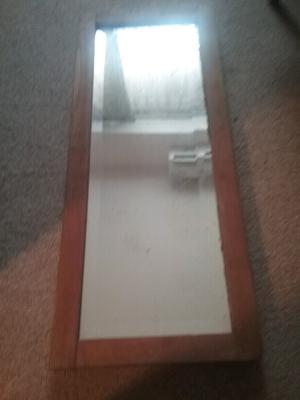 Espejo biselado con marco de madera