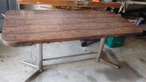 Vendo mesa de madera con base de hierro