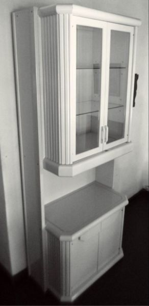 Mueble aparador-cristalero con estantes de vidrio.