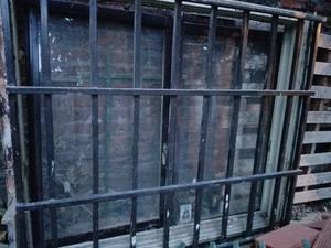 Vendo ventana de aluminio corredizas con reja, cortina y