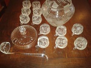 Ponchera de cristal tallado con 12 copas y cucharón