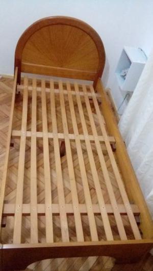 Cama de madera lustrada con respaldo en exelente estado