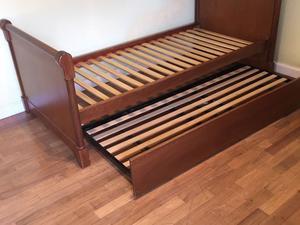 Cama de madera lustrada de una plaza con cama carro de abajo