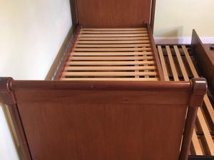 Juago de cama y comodo de madera lustrada