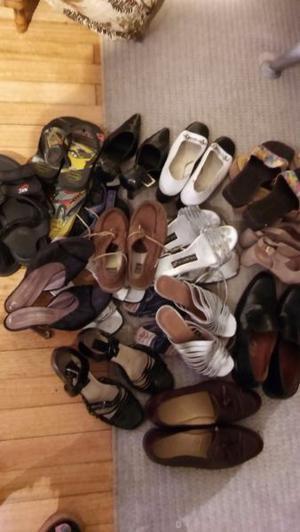 Vendo lote de 30 pares de zapatos de mujer.botas.sandalias.