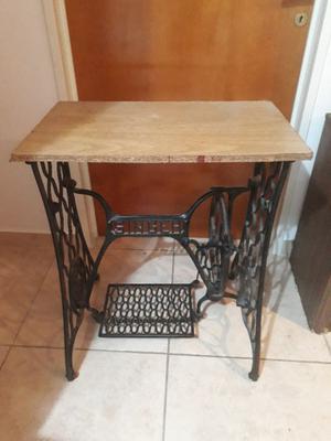 Mesa de hierro, antigua base de máquina de coser SINGER.