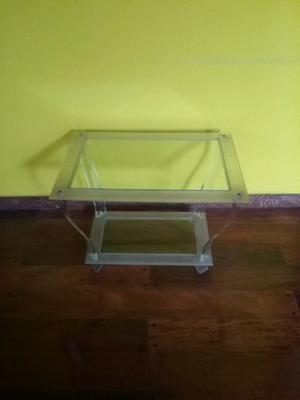Mesa ratona de acrilico y vidrio, dimensiones de 70 x 50 cm