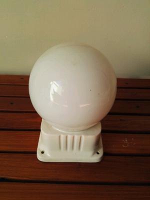 Lampara globo antigua con base de porcelana