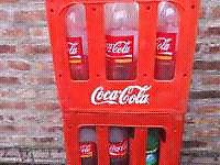 Cajon con envases de coca de 2 litroa y un litro