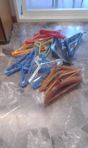 Perchas de plástico y madera.