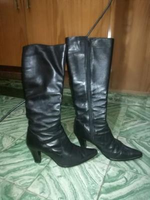 botas negras de caña alta