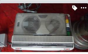grabadora antigua con cinta y microfono