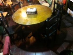 mesa redonda con vidrio y 4 sillas