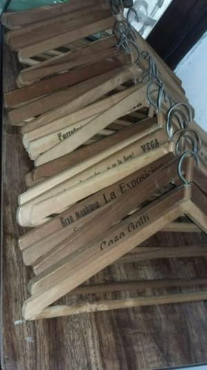 10 perchas de madera usadas sin lustrar de propaganda