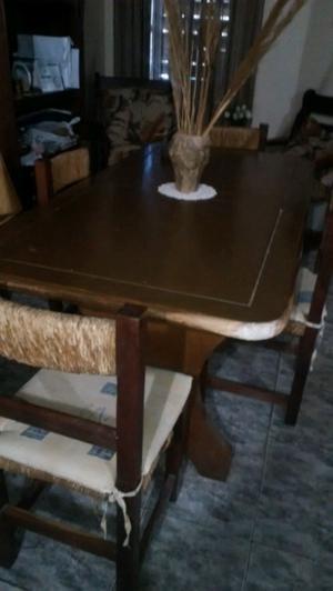 Mesa de madera y sillas.