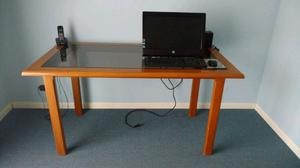 Mesa de madera con vidrio