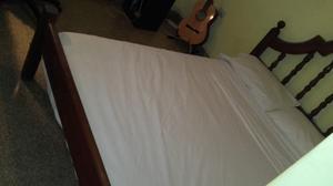 Cama con colchón 2 plazas y mesa de luz de algarrobo $