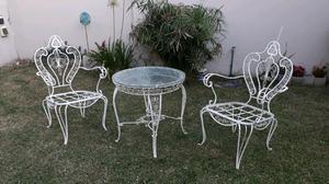 Antiguo juego de sillones y mesa de hierro para jardín