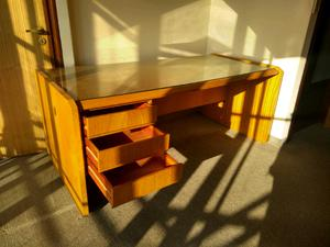 Excelente escritorio de Cedro