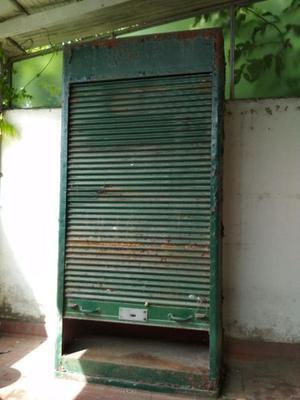 Armario metalico antiguo con puerta persiana que cierra de