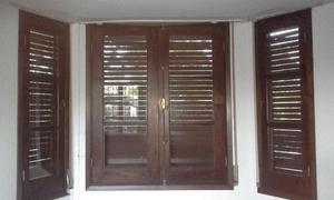 Ventanas de Algarrobo con marco cajón y cortinas de