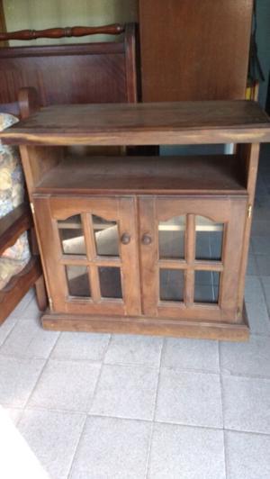 Antigua mesa para TV de algarrobo