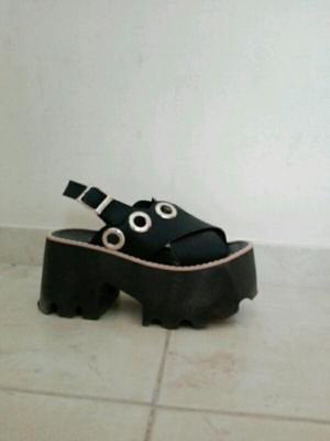 Sandalias plataformas color negro número 36 un uso