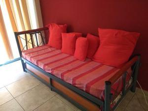 Sofá cama con almohadones y colcha 2 mts x 90 cm