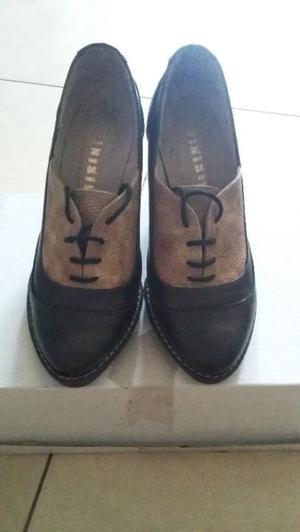 Vendo hermoso par de zapatos acordonados vintage. SIN USO!