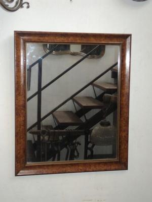 Espejo de antiguo marco de madera. Antigua Saudade