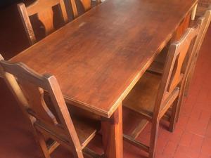 Mesa de madera con 6 sillas.