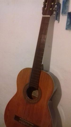 Guitarra criolla con accesorio para afinar