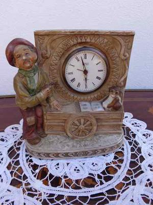 Un Bonito Reloj A Cuerda Con Figura De Porcelana