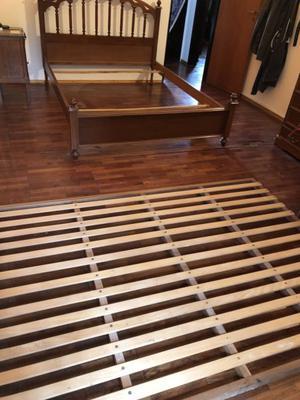 Vendo cama 190x140 con mesita de luz. Excelente madera