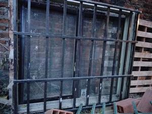 Vendo ventana de chapa corredizas con reja, cortina y