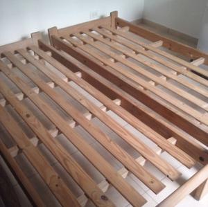 2 camas de 1 plaza y 2 mesas de luz.