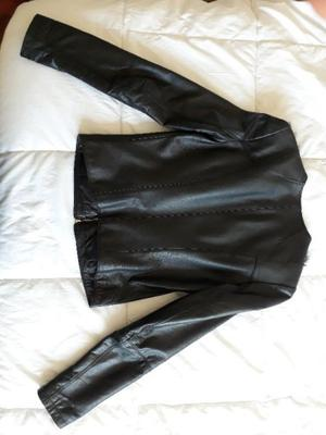 Campera de cuero negra.