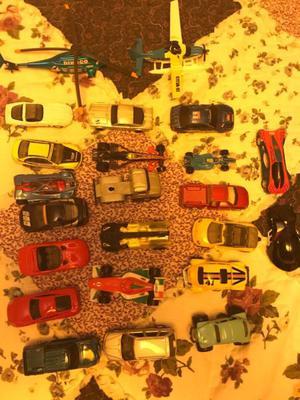 23 autitos de juguete en una lata
