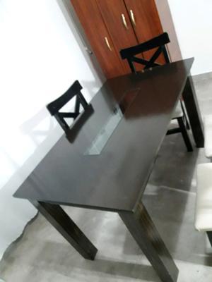 Mesa con vidrio en el medio