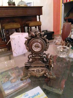 Reloj de bronce antiguo a cuerda