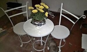 Juego de mesa y sillas para jardín, terraza o balcón.
