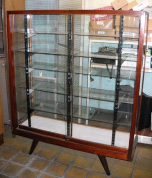 Antiguo mueble exhibidor con estantes de vidrio
