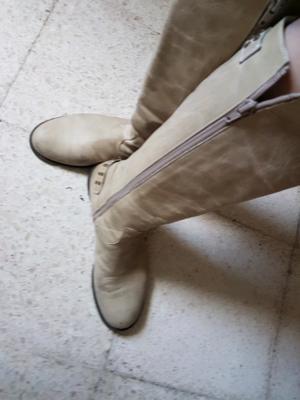 Botas de cuero color piel.