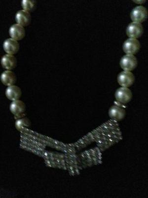 Gargantilla de perlas y strass de cristal.