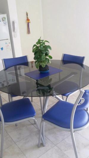 Mesa de vidrio redonda y mesa ratona.